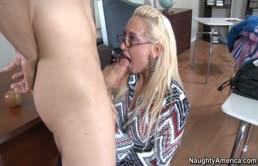 Puttana ninfomane ama il cazzo in bocca