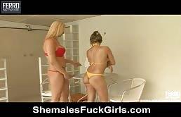 Amiche lesbiche si leccano la passera